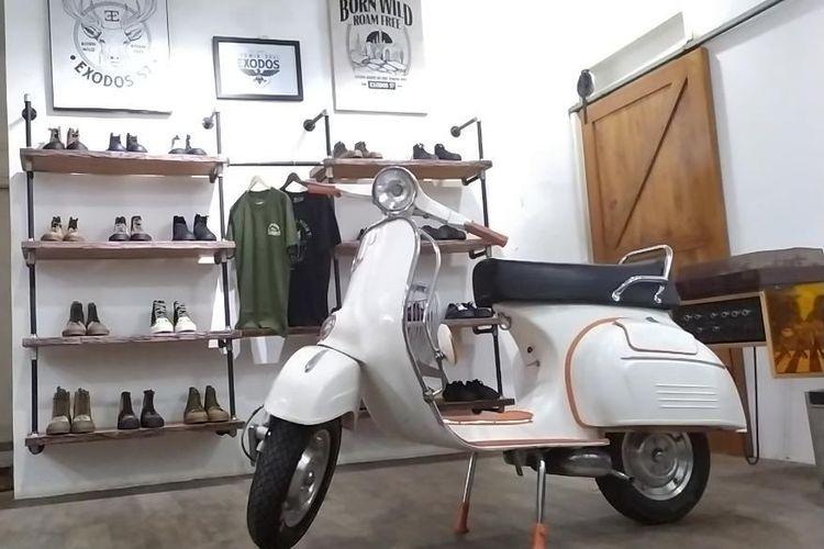 Vespa Super tahun 1972 ditukarkan artis Doel Sumbang ke 3 sepatu Wayout produksi Gally Rangga beberapa waktu lalu.
