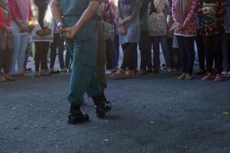 Puluhan remaja putri di Bireun dikumpulkan di halaman Meuligoe Bireuen, Aceh. Mereka terjaring razia pakaian.
