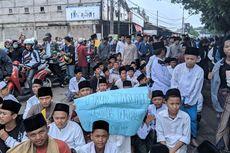 Puluhan Santri Blokade Jalan Bela Kawan yang Terlindas Truk: Teman Kami Cacat Seumur Hidup!
