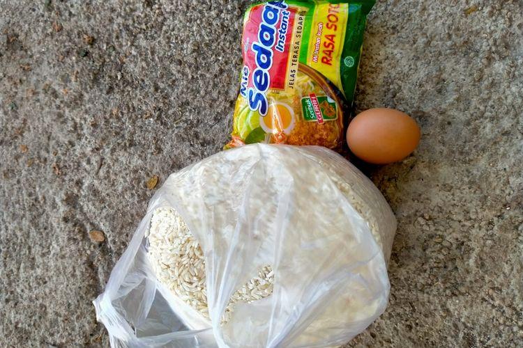 Bantuan berupa satu butir telur, sebungkus mie instan dan beras sekilo yang diperoleh Meidel Amtiran (46), warga RT 007 RW 004 Kelurahan Teunbaun, Kecamatan Amarasi Barat, Kabupaten Kupang, NTT dari pemerintah setempat