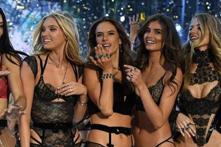 Model Victorias Secret usai pergelaran koleksi di Paris.
