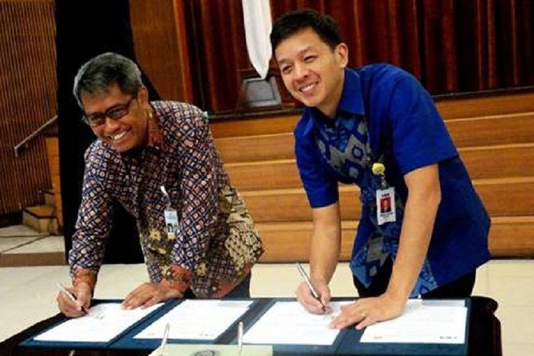 Wakil Presiden Direktur PT Bank Central Asia Tbk (BCA) Armand Wahyudi Hartono (kanan) bersama Rektor Universitas Padjajaran (UNPAD) Tri Hanggono Achmad (kiri) menandatangani kerja sama pemberian bantuan di bidang Pendidikan, Penelitian, Pengabdian Masyarakat dan peningkatan kualitas sumber daya manusia di Bandung, Jumat (16/03/2018). Pada kesempatan ini, diselenggarakan juga Kuliah Umum Perkembangan Teknologi Informasi di Era Digital yang menghadirkan Wakil Presiden Direktur BCA Armand Wahyudi Hartono sebagai pembicara.