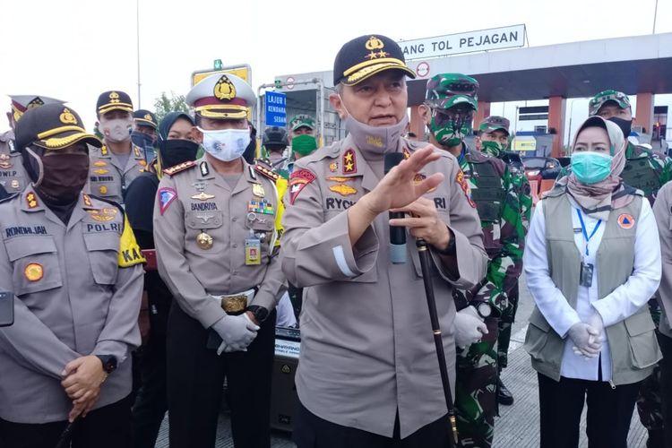 Kapolda Jawa Tengah Irjen Pol Rycko Amelda Daniel pemantauan jalan tol Pejagan, wilayah Brebes, Rabu (29/4/2020).