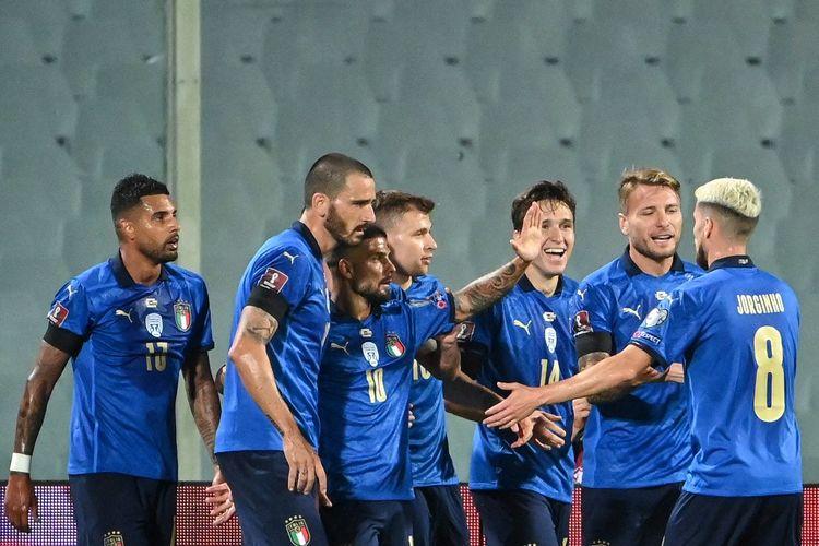 Federico Chiesa (ketiga dari kanan) merayakan golnya bersama rekan-rekannya dalam pertandingan Italia vs Bulgaria pada lanjutan Kualifikasi Piala Dunia 2022 di Stadion Artemio Franchi, Jumat (3/9/2021) dini hari WIB.