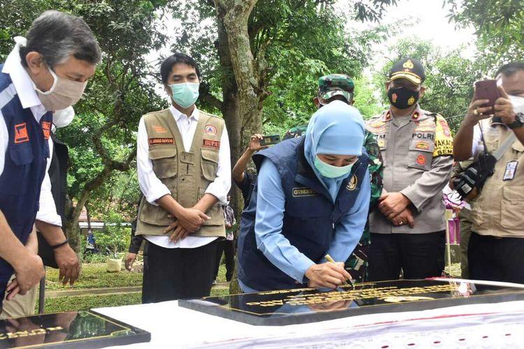 RESMIKAN—Gubernur Jawa Timur, Khofiah Indarparawansa meresmikan beroperasinya rumah sakit lapangan (RSL) Joglo Dungus di Kecamatan Wungu, Kabupaten Madiun, Rabu (3/2/2021)