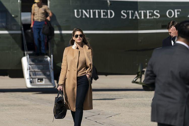 Penasihat Presiden Amerika Serikat Hope Hicks berjalan dari Marine One untuk menemani Presiden Donald Trump naik Air Force One saat dia berangkat Rabu, 30 September 2020, di Pangkalan Angkatan Udara Andrews.