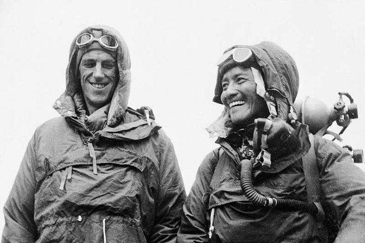 Keberhasilan Edmund Hillary (kiri) setelah capai puncak Everest