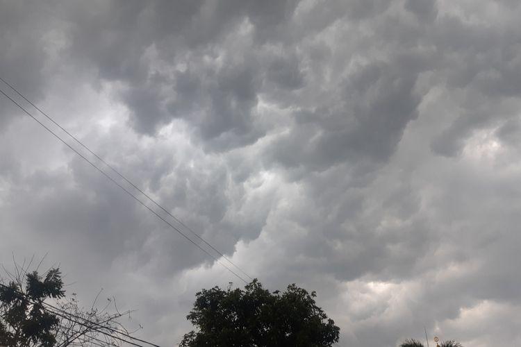 Langit Jakarta yang mendung dan berpotensi turun hujan lebat pada, Rabu (11/12/2019) lalu