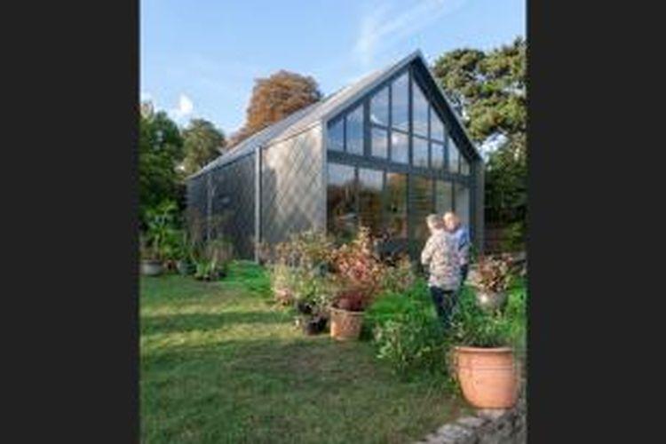 Amphibious Home, yang dibangun oleh Baca Architects, firma arsitektur terkemuka asal London itu, merupakan sebuah rumah keluarga. Rumah itu dibangun di sebuah pulau di tengah sungai Thames, Inggris.