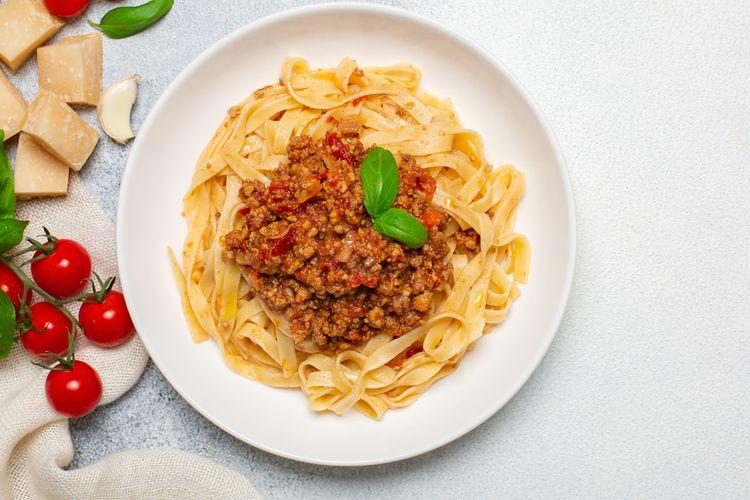 Ilustrasi pasta fettucini dengan tambahan daging sapi cincang.