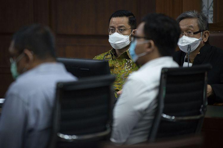 Terdakwa yang juga mantan Menteri Sosial Juliari Batubara (kedua kiri) mengikuti jalannya sidang lanjutan kasus korupsi Bantuan Sosial (Bansos) COVID-19 di Pengadilan Tipikor, Jakarta, Rabu (9/6/2021). Sidang tersebut beragendakan mendengarkan 11 saksi yang dihadirkan tim Jaksa Penuntut Umum (JPU) pada Komisi Pemberantasan Korupsi (KPK). ANTARA FOTO/Aditya Pradana Putra/foc.