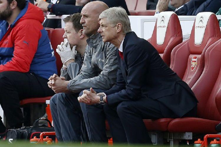 Arsene Wenger dan Steve Bould mengamati jalannya pertandingan Premier League antara Arsenal dan Manchester United di Stadion Emirates, Minggu (7/5/2017).