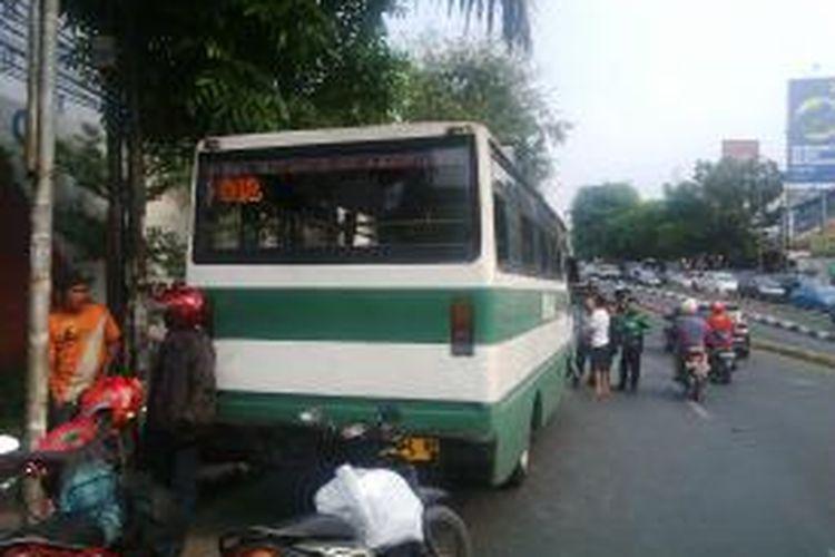Bus Kopaja yang menabrak sebuah sepeda motor di Jalan Buncit Raya pada Rabu (16/9/2015).