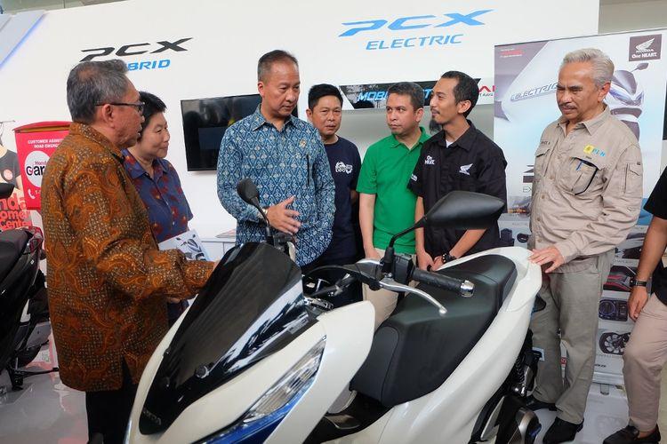 Menperin Agus Gumiwang Kartasasmita mengunjugi booth Honda di IIMS Motobike Expo 2019