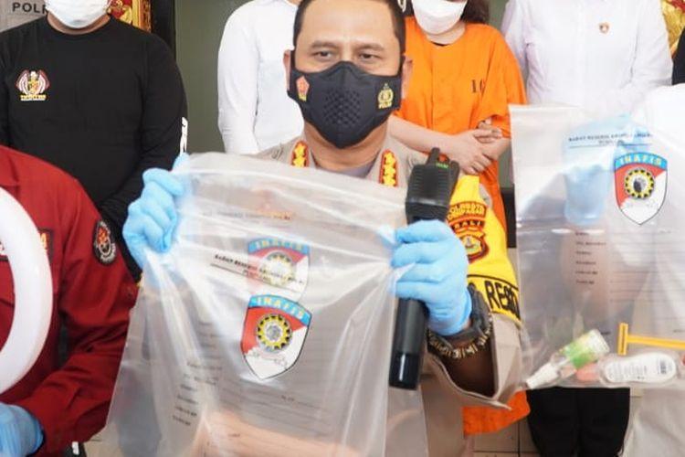 Kapolresta Denpasar saat menunjukkan barang bukti dan tersangka berinisial RR atas kasus jual konten seks secara langsung di Medsos.