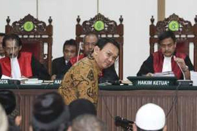 Gubernur DKI Jakarta nonaktif Basuki Tjahaja Purnama (Ahok) mengikuti persidangan lanjutan di Auditorium Kementerian Pertanian, Jakarta, Selasa (3/1/2017). Ahok menjalani sidang lanjutan dengan agenda pemeriksaan saksi dari pihak Jaksa Penuntut Umum terkait dugaan penodaan agama yang dilakukannya di Kepulauan Seribu.