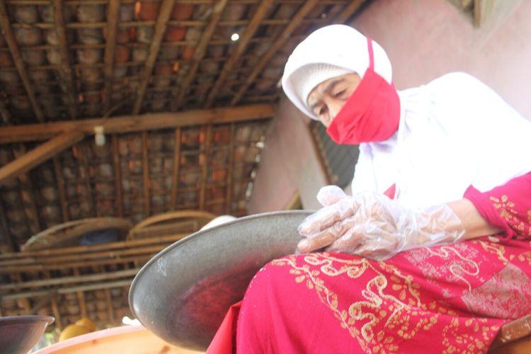 Engkom Komariah (82), lansia tangguh asal Cianjur, Jawa Barat, yang masih produktif bekerja di usianya yang sudah hampir seabad.