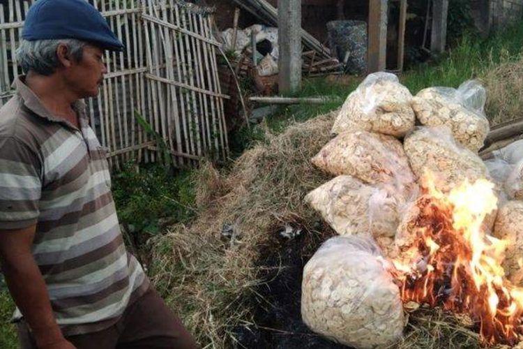 Pelaku UMKM, Wahyu Nano, saat membakar keripik apel karena tak laku dijual dan sudah kedaluwarsa.