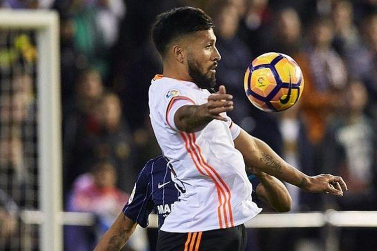 Bek Valencia, Ezequiel Garay, beraksi mengamankan daerah pertahanannya dari serbuan pemain Malaga pada laga di Mestalla, Minggu (4/12/2016).