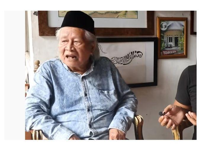 Budayawan Ridwan Saidi saat diwawancarai, diunggah di akun YouTube Macan Idealis. Ridwan Saidi mengatakan Kerajaan Sriwijaya itu fiktif. Hal itu menuai reaksi keras warganet.