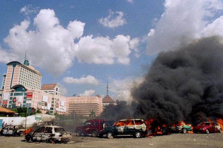 Mobil yang dibakar saat kerusuhan Mei 1998 di kawasan Grogol, Jakarta Barat, 13 Mei 1998.