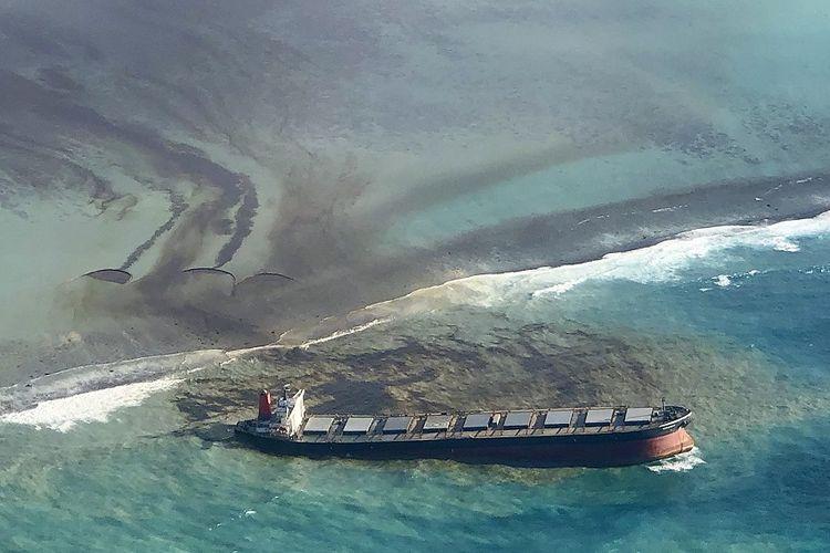 Foto yang diambil dan disediakan oleh Eric Villars ini menunjukkan kebocoran minyak dari MV Wakashio, kapal kargo curah yang kandas di lepas pantai tenggara Mauritius, Jumat (7/8/2020). Pemerintah Mauritius telah mengumumkan keadaan darurat lingkungan dan Perancis telah mengirimkan bantuan.