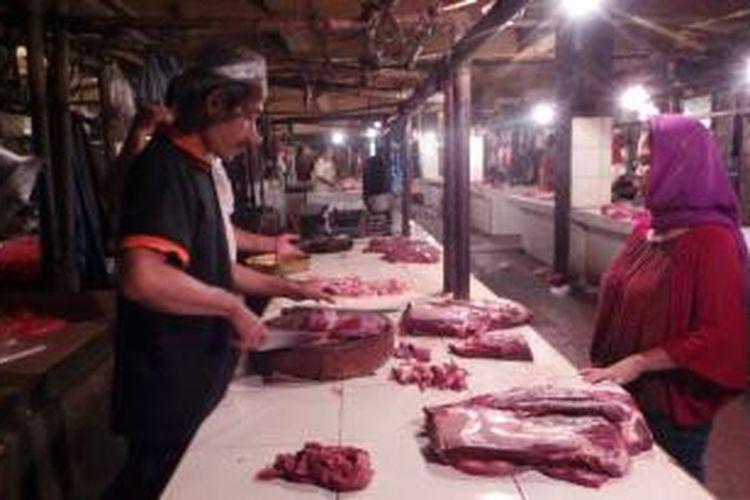 Uci Sanusi (58) pedagang daging sapi di Pasar Kramatjati, Jakarta Timur.