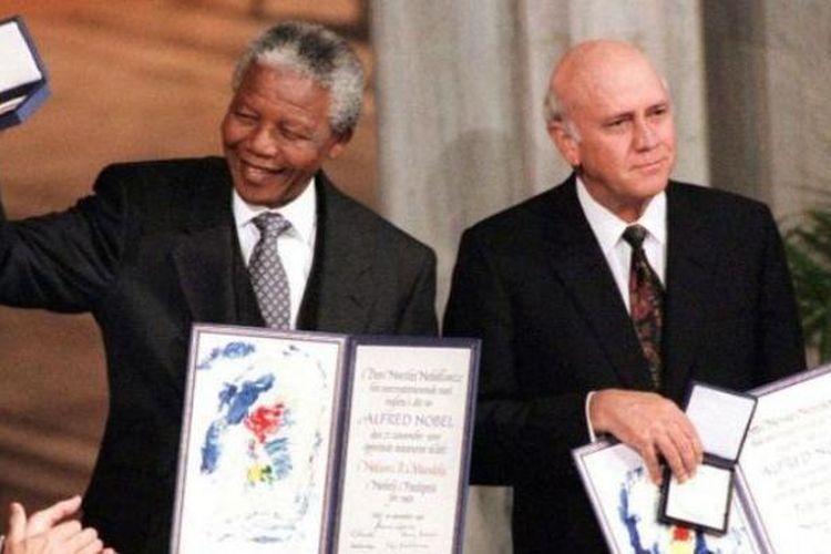 Nelson Mandela dan presiden apartheid terakhir FW de Klerk saat menerima hadian Nobel Perdamaian di Oslo, Norwegia pada 10 Desember 1993.