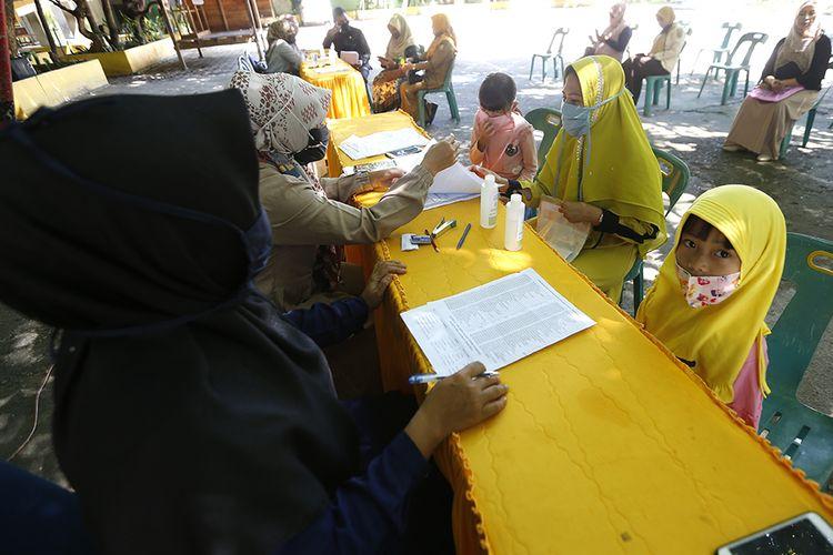 Calon pelajar Sekolah Dasar (SD) bersama orangtua mendaftar ulang sesuai zona PPDB di SD Negeri 1 Banda Aceh, Aceh, Selasa (9/6/2020). Pemerintah telah menyiapkan tatacara penerimaan peserta didik baru (PPDB) tahun ajaran 2020/2021 untuk jenjang TK, SD, SMP dan SMA baik secara online maupun langsung dengan menerapkan protokol kesehatan sebagai upaya mencegah penyebaran COVID-19.