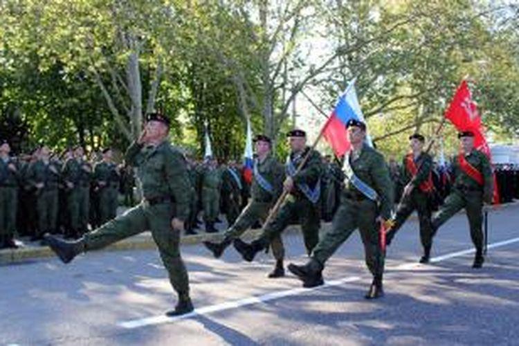Pasukan Rusia di ibu kota Crimea, Sevastopol berlatih menjelang parade peringatan pembebasan kota itu dari pendudukan Nazi Jerman di masa Perang Dunia II. Presiden Rusia Vladimir Putin dijadwalkan hadir dan menyaksikan parade militer di kota itu.