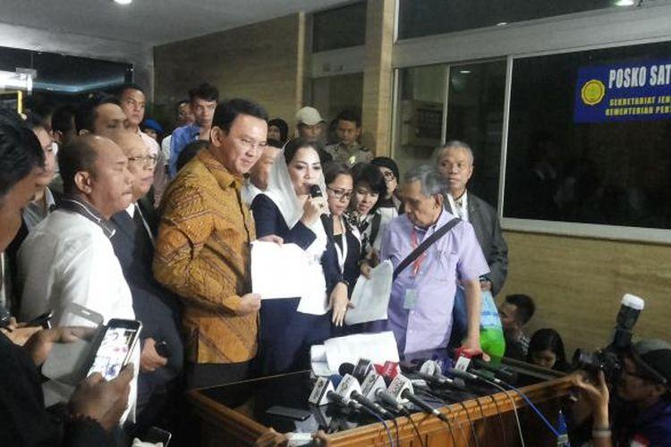 Terdakwa kasus dugaan penodaan agama Basuki Tjahaja Purnama alias Ahok bersama tim kuasa hukumnya saat menggelar jumpa pers usai lanjutan sidang di Auditorium Kementerian Pertanian, Ragunan, Jakarta Selatan, Selasa (24/1/2017).