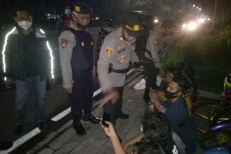 Aparat dari Polsek Tanjung Duren mengamankan tujuh orang pemuda yang hendak melakukan balap liar di kawasan Tanjung Duren, Jakarta Barat, pada Sabtu (17/4/2021).