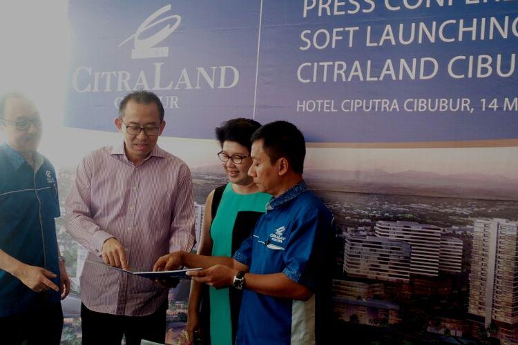 Managing Director Ciputra Group Harun Hajadi (kedua dari kiri) saat menjelaskan lokasi CitraLand Cibubur di Hotel Ciputra Cibubur, Jakarta Timur, Minggu (14/5/2017).