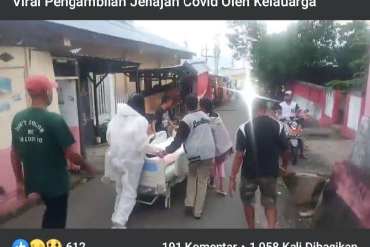 Sejumlah warga mengambil paksa jenazah Covid-19 di RSUD dr Haulussy Ambon, Rabu petang (19/8/2020).