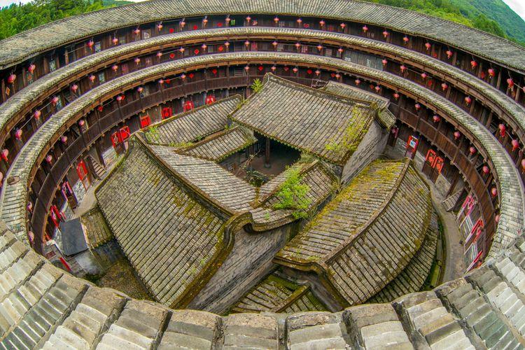 Ilustrasi tulou yang jadi rumah Mulan di film remake live action Mulan (2020)