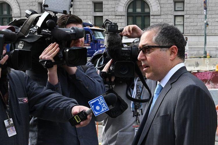 Pengacara Keith Rainiere, Marc Agnifilo, berbicara ke media saat tiba di Pengadilan Federal Brooklyn pada 7 Mei 2019 di New York. Ia menghadiri persidangan kliennya atas kasus sekte seks Nxivm, praktik budak seks yang berkedok kursus pelatihan.
