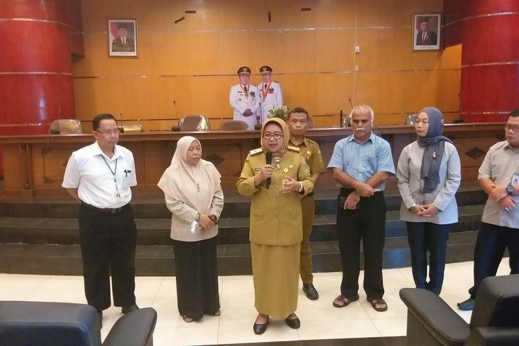 Kepala Dinas Kesehatan Provinsi Sumatera Selatan Lesty Nurainy saat memberikan keterangan terkait seorang pasien inisial TH yang dirawat di ruang isolasi RSMH Palembang, Senin (24/2/2020). Dari hasil uji lab, TH dinyatakan negatif terkena virus corona.
