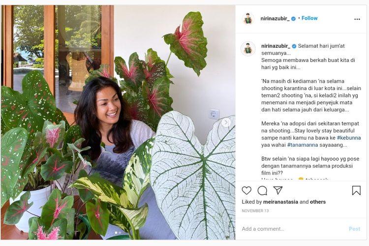 Aktris dan presenter Nirina Zubir bersama sejumlah koleksi tanaman di kebunnya.