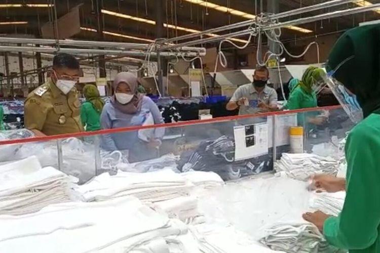 Wakil Bupati Sumedang H Erwan Setiawan saat mengunjungi PT Yakjin di kawasan industri Cimanggung dan Jatinangor, Sumedang, Jawa Barat, Senin (13/9/2021). AAM AMINULLAH/KOMPAS.com
