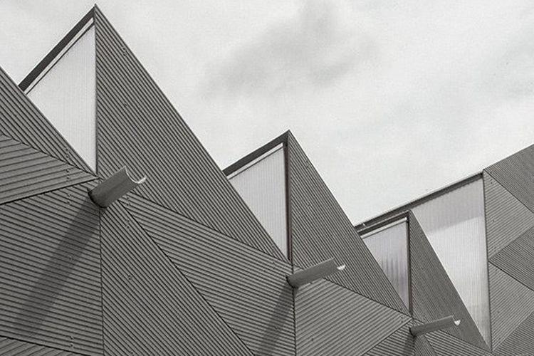 Penggunaan fasad semen fiber pada bangunan yang dirancang oleh Studio Weave.