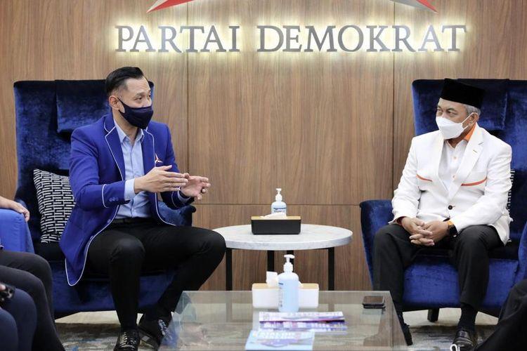 Ketua Umum Partai Demokrat Agus Harimurti Yudhoyono (AHY) bertemu dengan Presiden Partai Keadilan Sejahtera (PKS) Ahmad Syaikhu di kantor DPP Partai Demokrat, Jakarta, Kamis (22/4/2021).