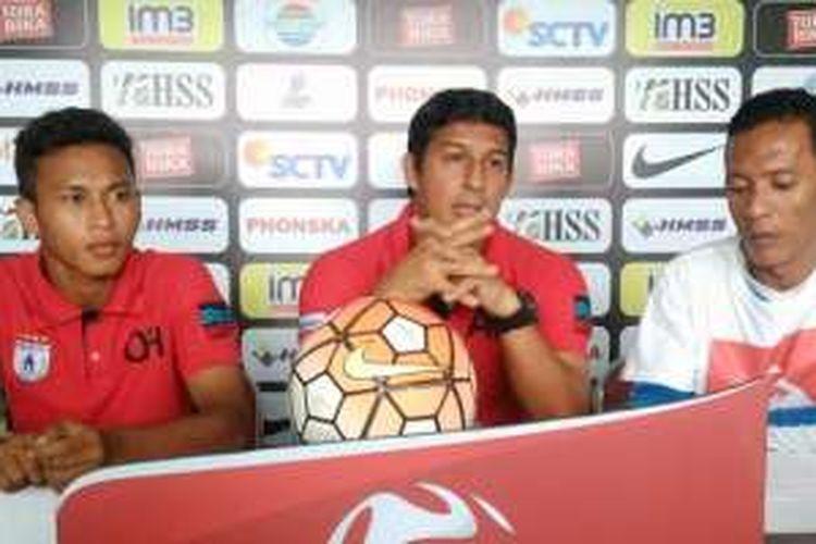 Osvaldo Haay (kiri) bersama pelatih Persipura Jayapura Angel Alfredo Vega (tengah), dalam sesi jumpa pers sebelum pertandingan, Sabtu (10/12/2016).