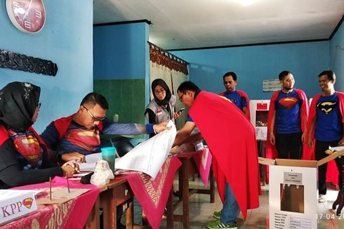 Semua Petugas di Sebuah TPS di Depok Berkostum Superman