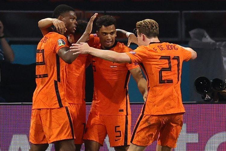 Para pemain Timnas Belanda merayakan gol Denzel Dumfries kontra Austria pada laga Grup C Euro 2020 di Johan Cruyff Arena, Jumat (17/6/2021) dini hari WIB.