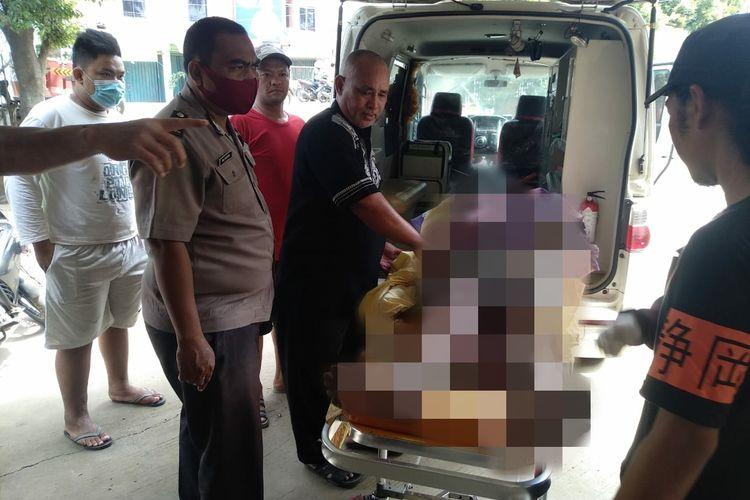 Seorang pria paruh baya berinisial AD berhasil dievakuasi usai nekat membakar diri di Pasar Parung Panjang, Kabupaten Bogor, Jawa Barat, pada Jumat (9/4/2021) siang.