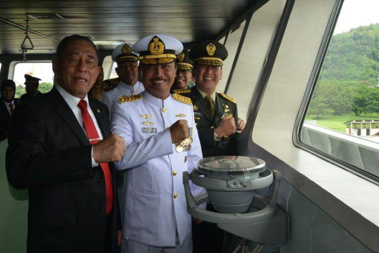 Menteri Pertahanan Ryamizrad Ryacudu berfoto bersama Kepala Staf Angkatan Laut (KSAL) Laksamana TNI Siwi Sukma Adji saat serah terima KRI Teluk Lada-521, di Dermaga PT Daya Radar Utama (DRU), Panjang, Bandar Lampung, Senin (25/2/2019).