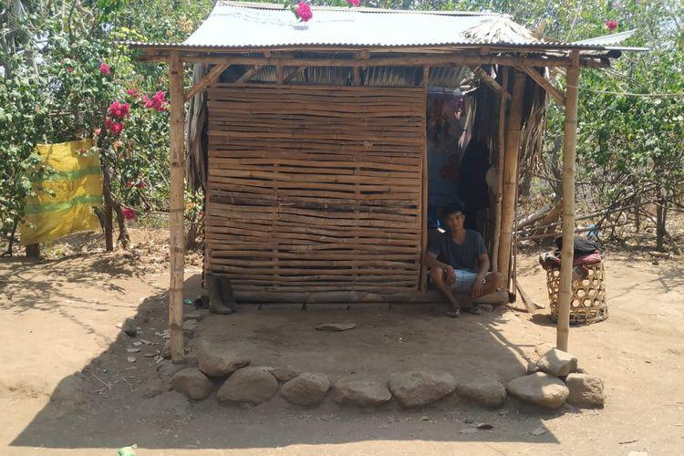 Himpitan ekonomi memaksa Komang Pradana (17)  tinggal di gubuk di perbukitan wilayah Kecamatan Seririt, Kabupaten Buleleng, Bali.