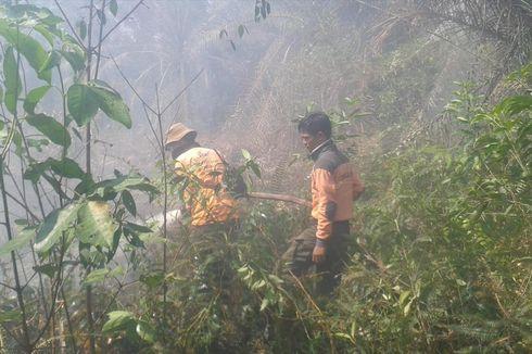 Petugas Berjibaku Padamkan Kebakaran Lahan yang Mendekat ke Permukiman