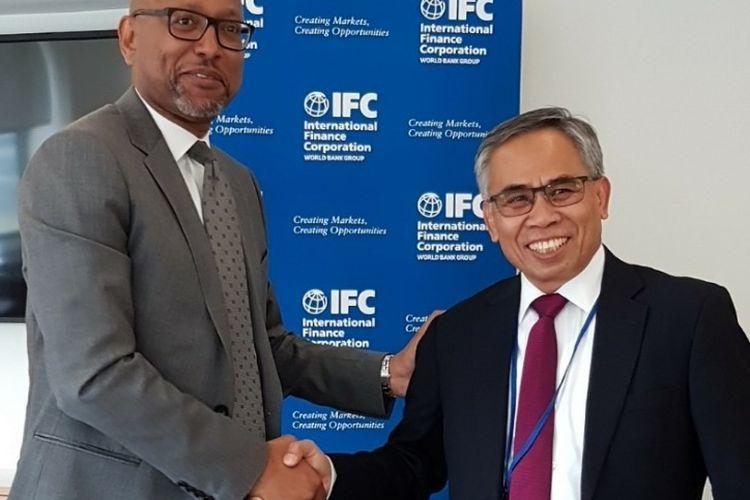 Otoritas Jasa Keuangan (OJK) dan IFC sepakat melanjutkan kerja sama program pengembangan keuangan berkelanjutan, di Washington DC, AS, Kamis (19/4/2018).