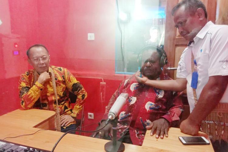 Bupati Asmat Elisa Kambu didampingi Direktur Teknologi dan Media Baru LPP RRI Rahadian Gingging ketika melakukan dialog saat peresmian stasiun relay RRI Asmat, Kamis (13/2/2020)